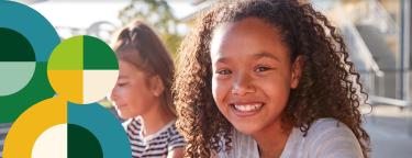 Na imagem, lê-se: duas crianças, uma negra e outra oriental, sorrindo.
