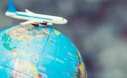 Imagem de um avião em cima de um globo representando ATA Carnet