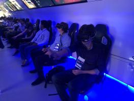 imagem de pessoas utilizando óculos de realidade virtual