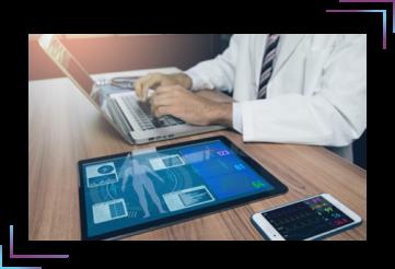 imagem de um doutor operando um computador representando telemedicina