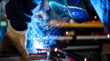 imagem de um soldador trabalhando representando mercado de trabalho