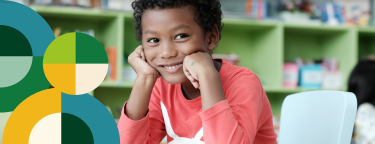 Na imagem, lê-se: Criança negra segurando apoiando o rosto sobre as mãos