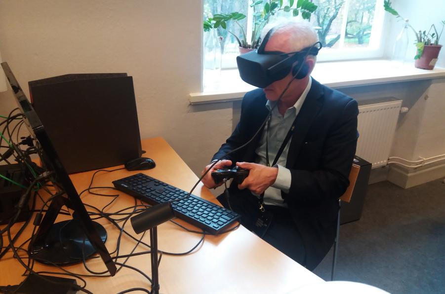 imagem de uma pessoa usando óculos de realidade virtual