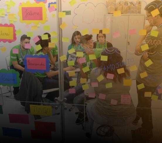 Equipes desenvolvendo soluções em workshop