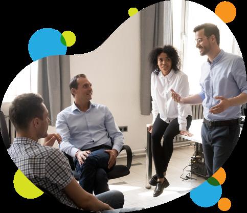 imagem de um grupo de pessoas se reunindo em um escritório representando o incentivo do programa Inova Talentos nas empresas