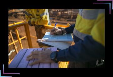 imagem de um engenheiro anotando seu trabalho representando a gestão de SST