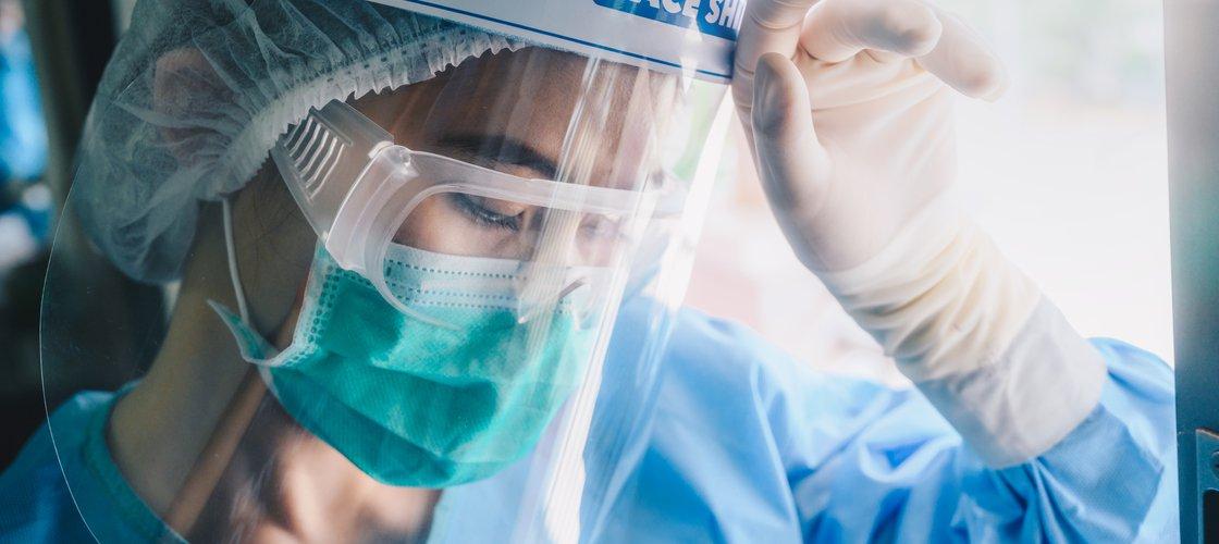 imagem de uma médica utilizando várias máscaras representando a luta contra o corona vírus