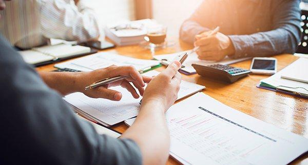 imagem de duas pessoas negociando representando transação tributária