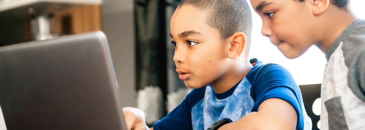 garotos no computador estudando.jpg