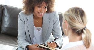 imagem de uma pessoa sendo entrevistada representando recontratação de empregados