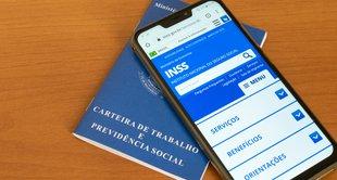imagem de um celular em cima de uma carteira de trabalho representando recursos contra decisões sobre auxílio-doença