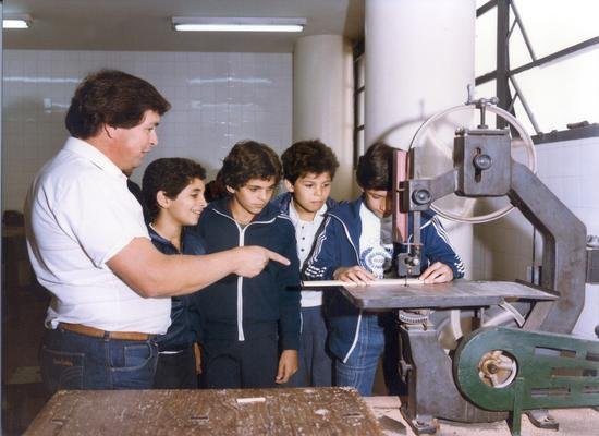 Aula de marcenaria numa escola do SESI, em 1985