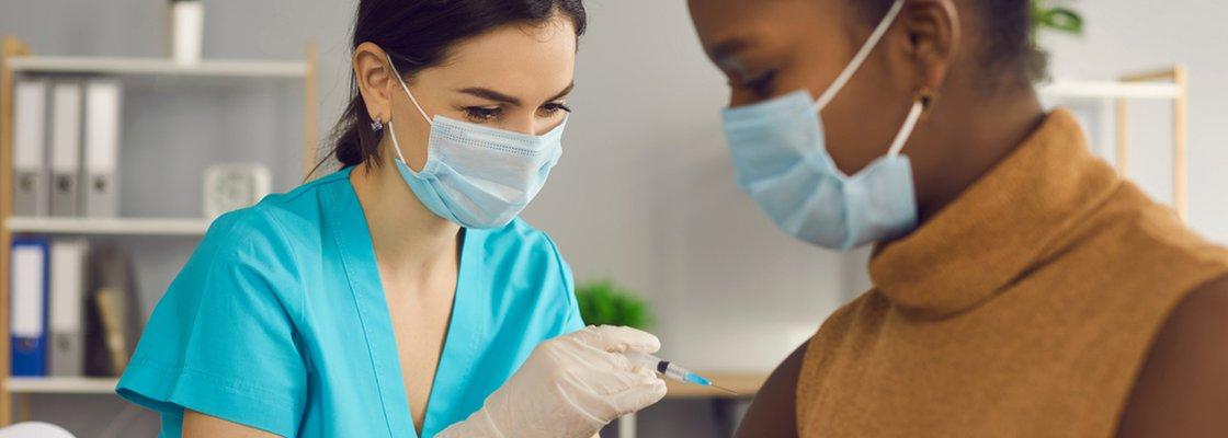 imagem de uma enfermeira aplicando injeção representando imposição aos empregadores