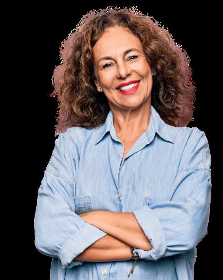 Na imagem, lê-se: Mulher de cabelos castanhos, sorrindo e de braços cruzados na frente do corpo.