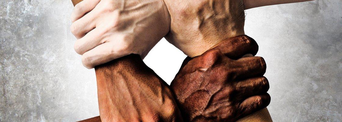 imagem de braços unidos representando luta contra o racismo