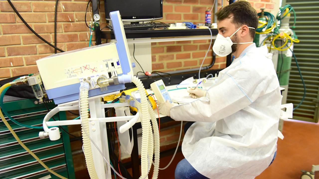 UFG, SENAI e parceiros entregam respiradores mecânicos em Goiás