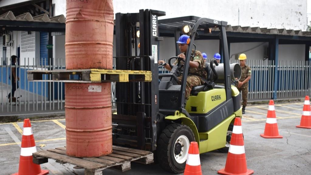 Soldados do Exército Brasileiro aprendem a operar empilhadeira em curso do SENAI