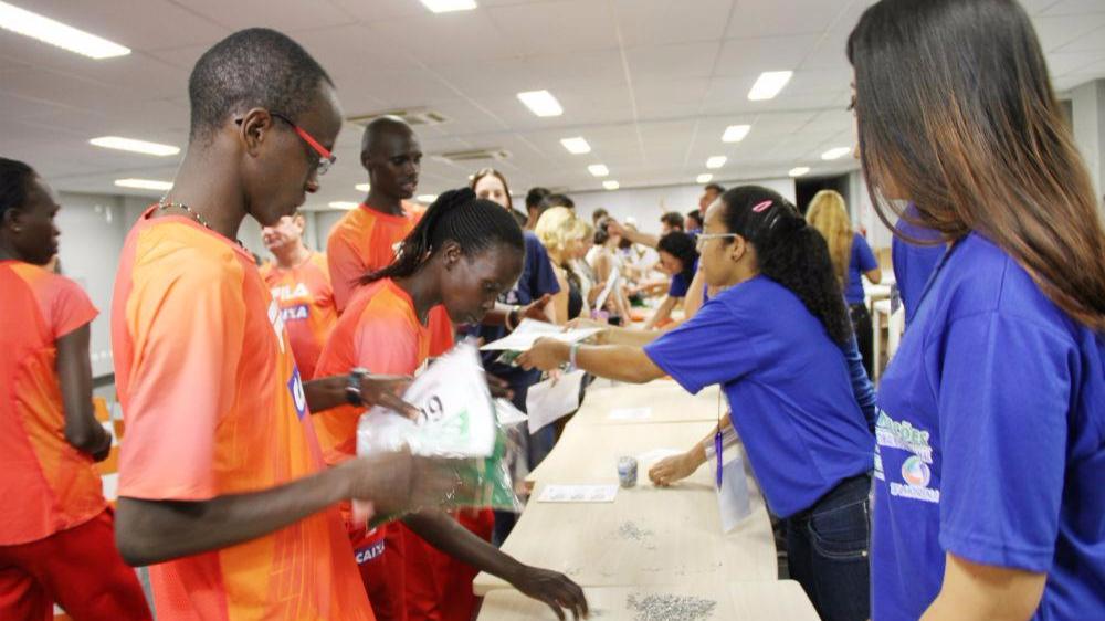 Sesi entrega kits da Volta das Nações aos 7 atletas estrangeiros