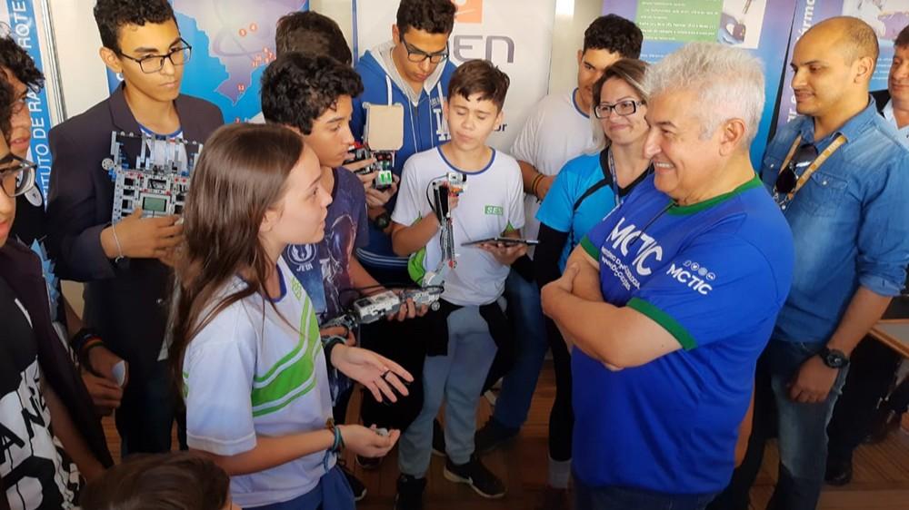 Astronauta Marcos Pontes inspira time de robótica do SESI a seguir com pesquisas científicas
