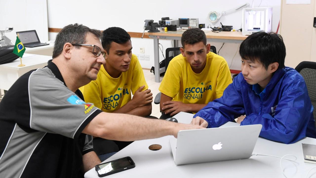 Expert japonês treina alunos do SENAI para a WorldSkills