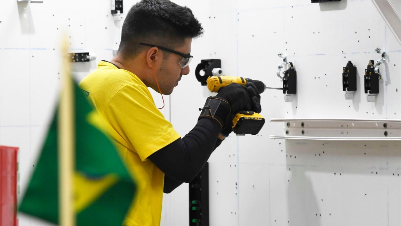 Entre os treinamentos, competidor estuda inglês para representar Brasil na WorldSkills