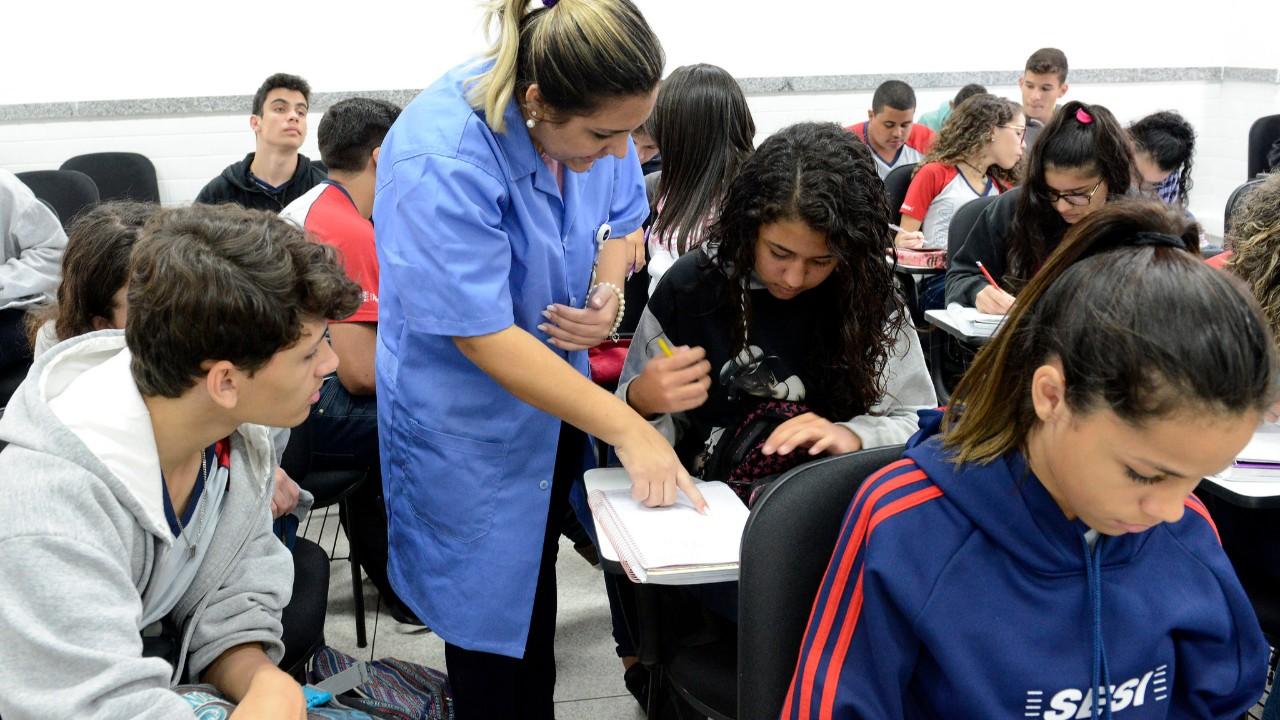 Formação de professor precisa ter foco na prática, defendem especialistas