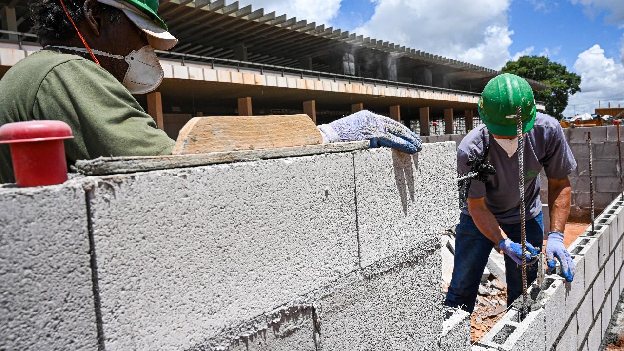 Atividade e emprego recuaram na construção civil em fevereiro