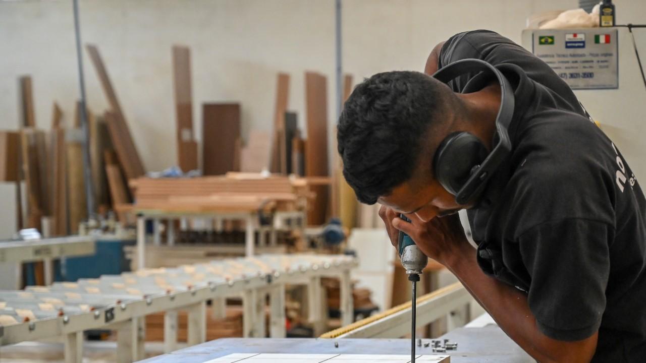Emprego cresce na indústria pelo sétimo mês seguido, mostra pesquisa da CNI