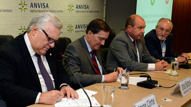 CNI e Anvisa assinam acordo de cooperação para aprimorar normas para indústria