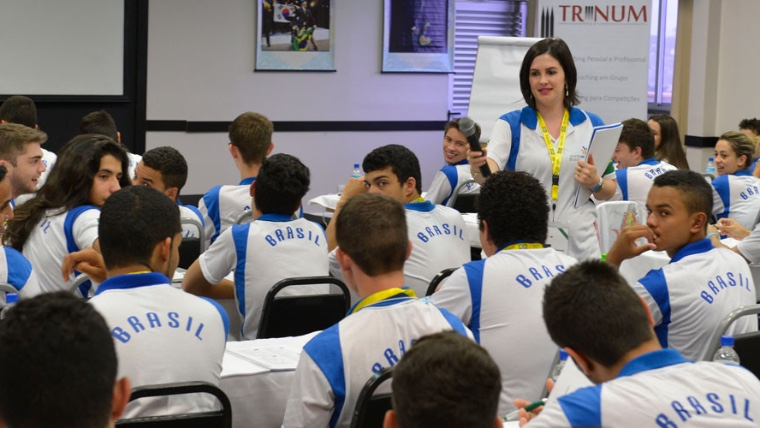 Jovens passam por treinamento comportamental na preparação para torneio mundial de profissões