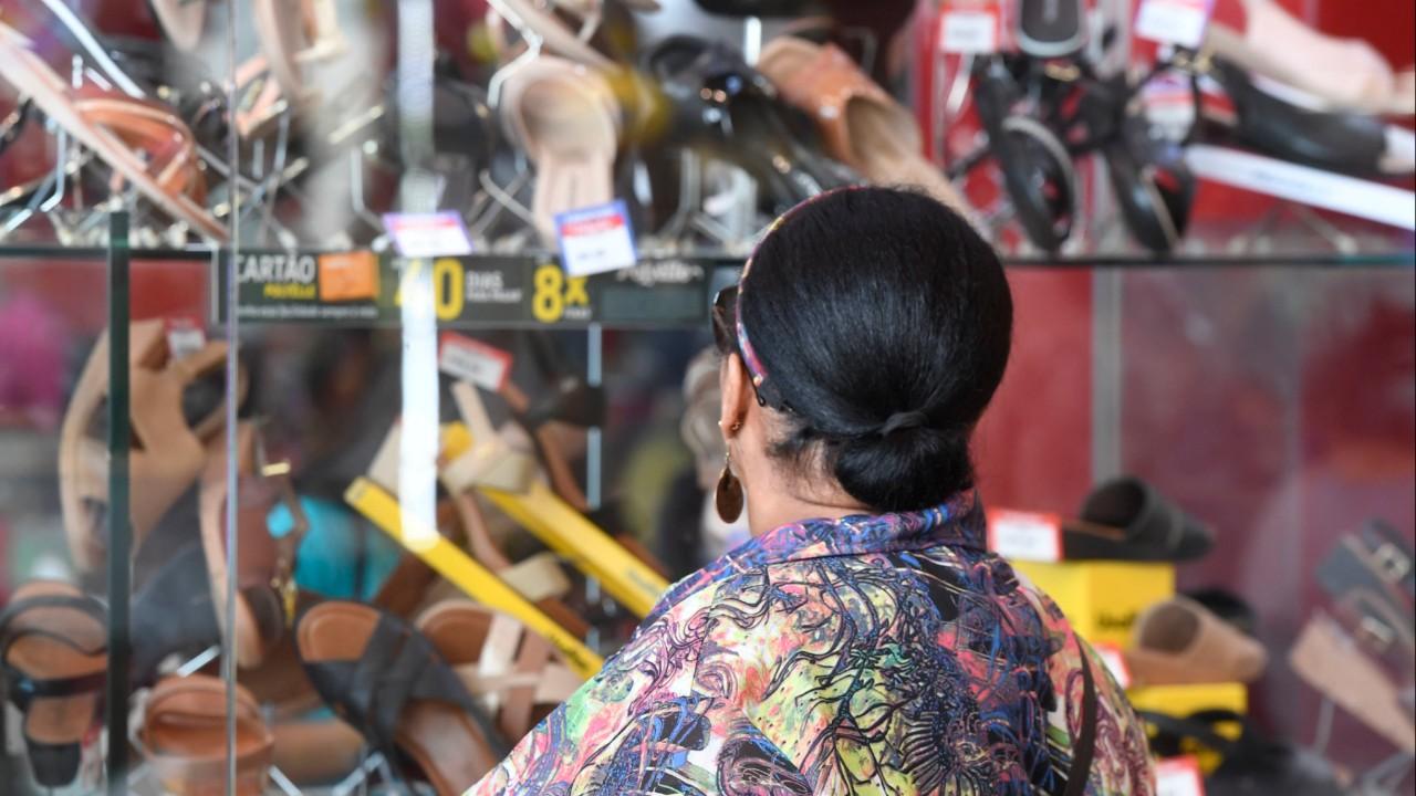 Mais de um terço da população quer consumir menos em 2021