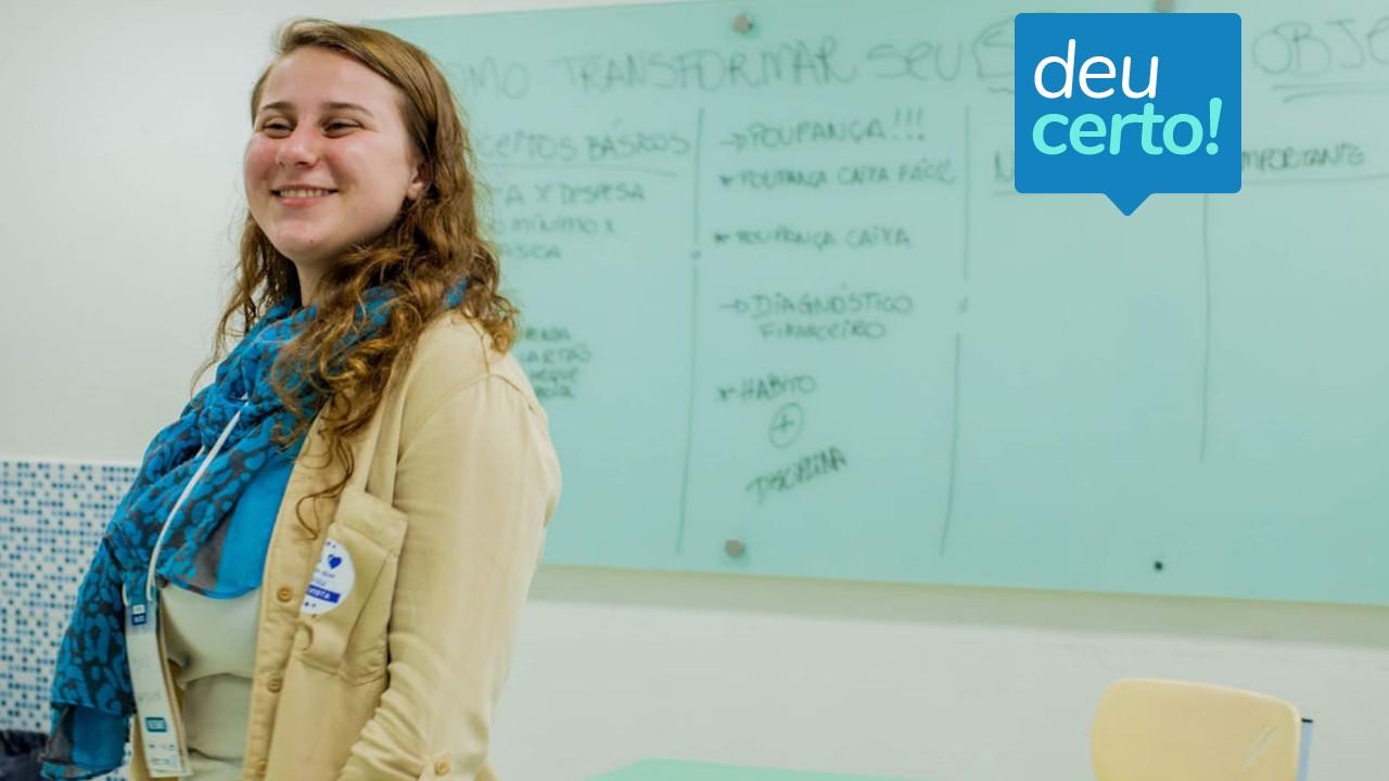 Jovem dá aulas de educação financeira para refugiados de graça