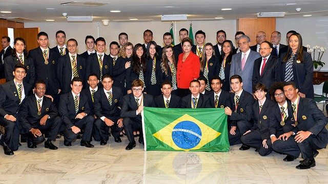 Dilma Rousseff homenageia brasileiros que venceram torneio de profissões das américas