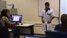 Instrutor cego encontra realização pessoal dando aulas de informática