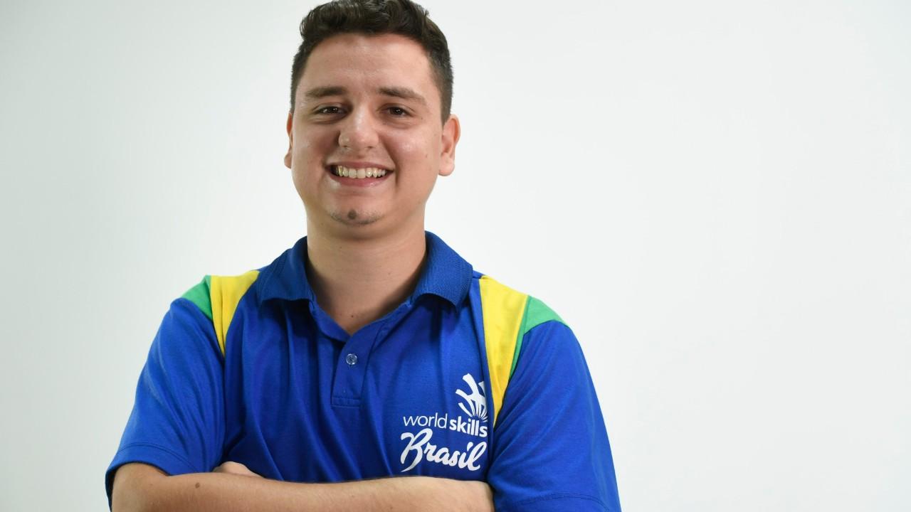 De bagunceiro a aluno modelo e representante do Brasil numa competição mundial: conheça Leonardo Escola