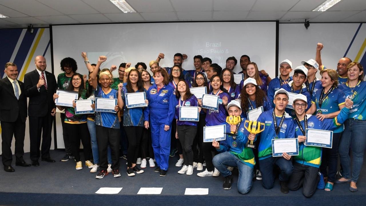 Alunos de robótica do SESI recebem certificado da Agência Espacial Brasileira