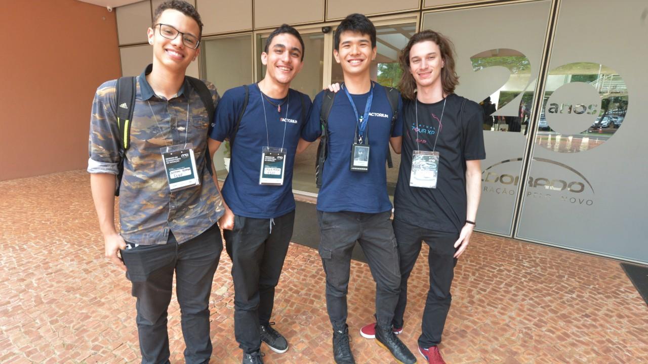 Estudantes desenvolvem crachá inteligente e ganham participação em imersão da CNI