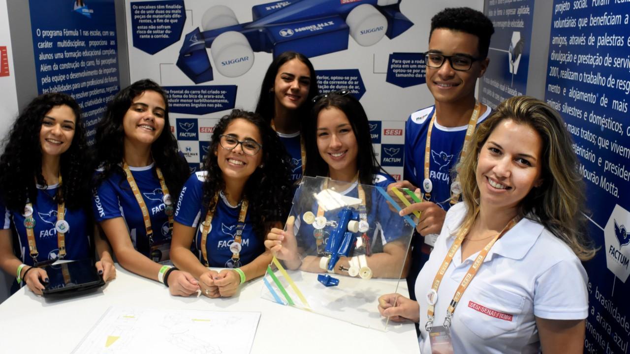 Estudantes das equipes do Torneio SESI F1 nas Escolas promovem ações sociais em comunidades carentes
