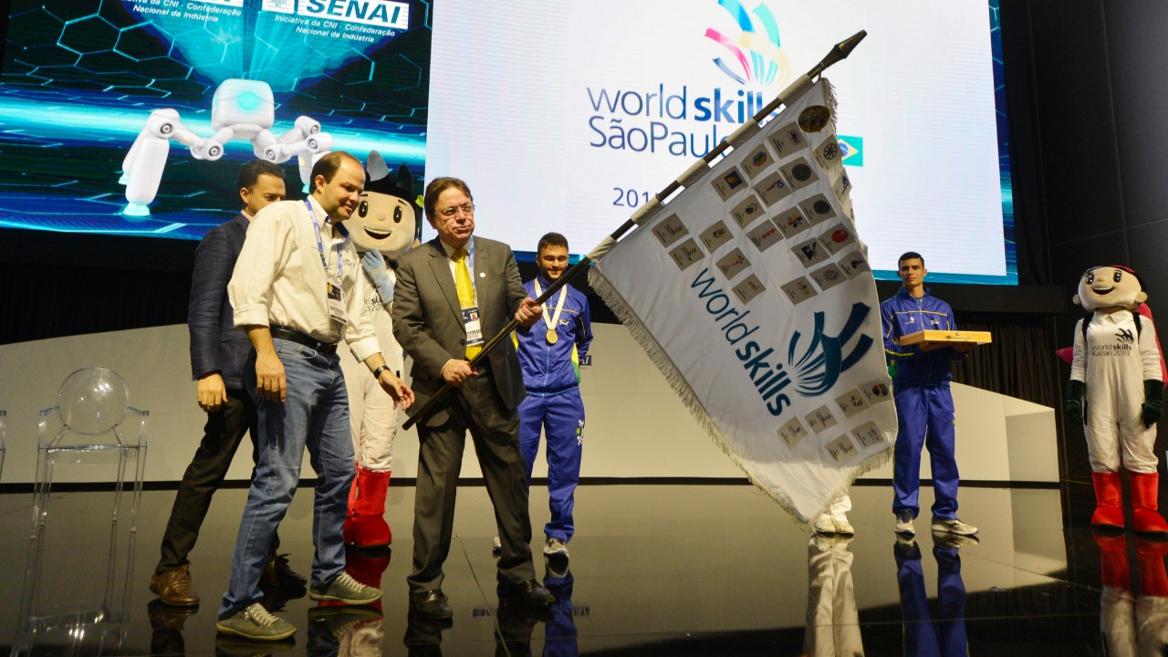 Brasil recebe passagem da bandeira da WorldSkills na Olimpíada do Conhecimento