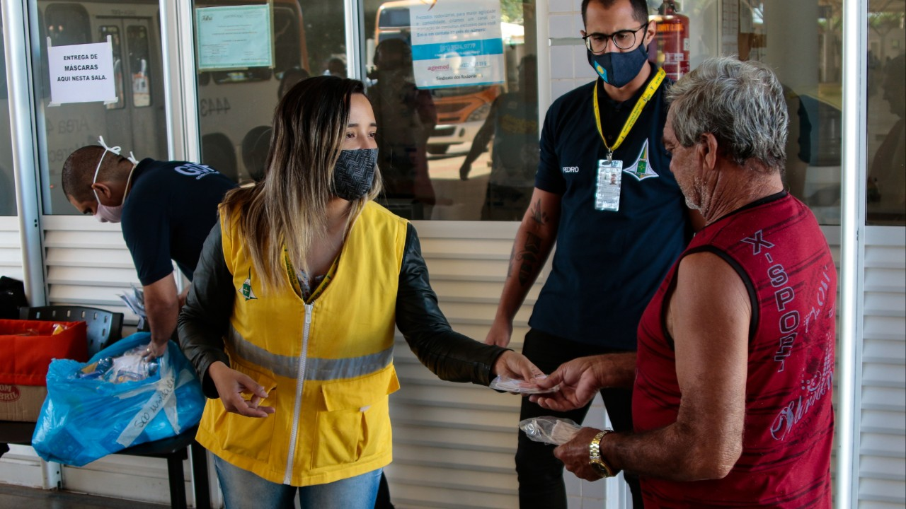 Moradores do Distrito Federal recebem máscaras de proteção reutilizáveis