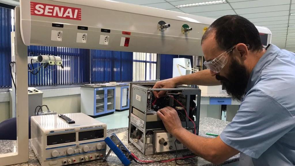 SENAI ensina montadoras a consertar respiradores