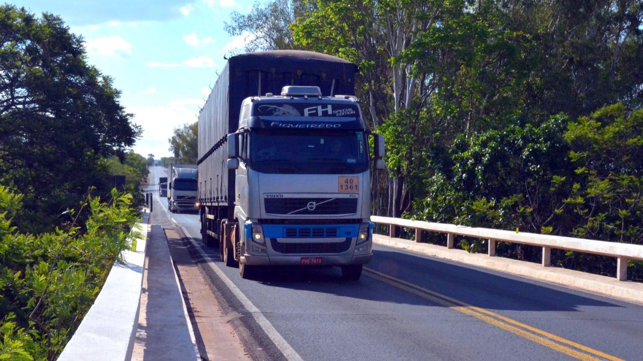 Eliminar restrições à produção e ao transporte de cargas é essencial para o abastecimento