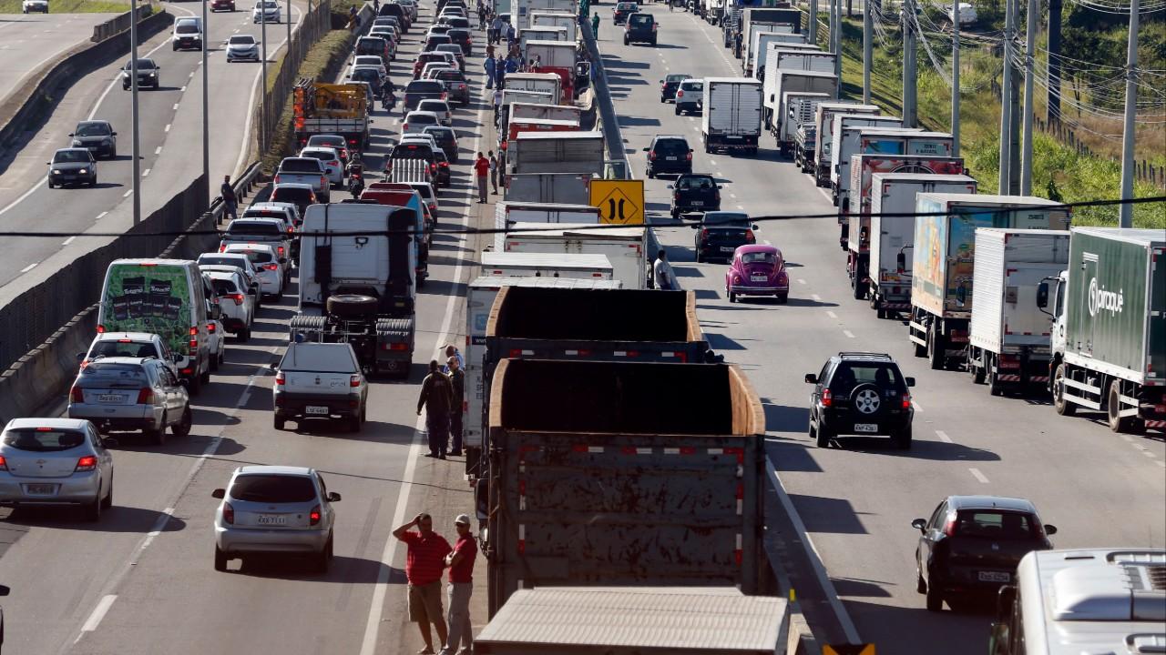 Greve dos caminhoneiros aumenta incertezas e prejudicará desempenho da indústria nos próximos meses