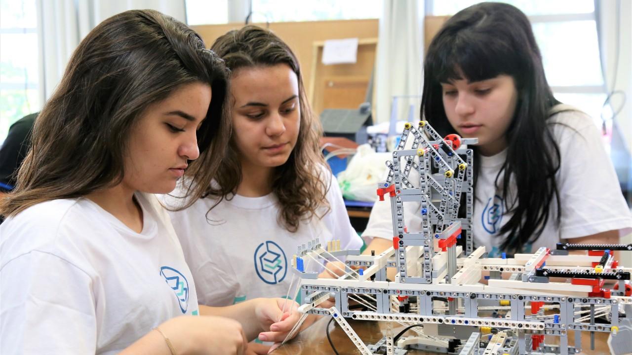 Na era da educação criativa, SESI adota ensino médio para elevar a competitividade da economia