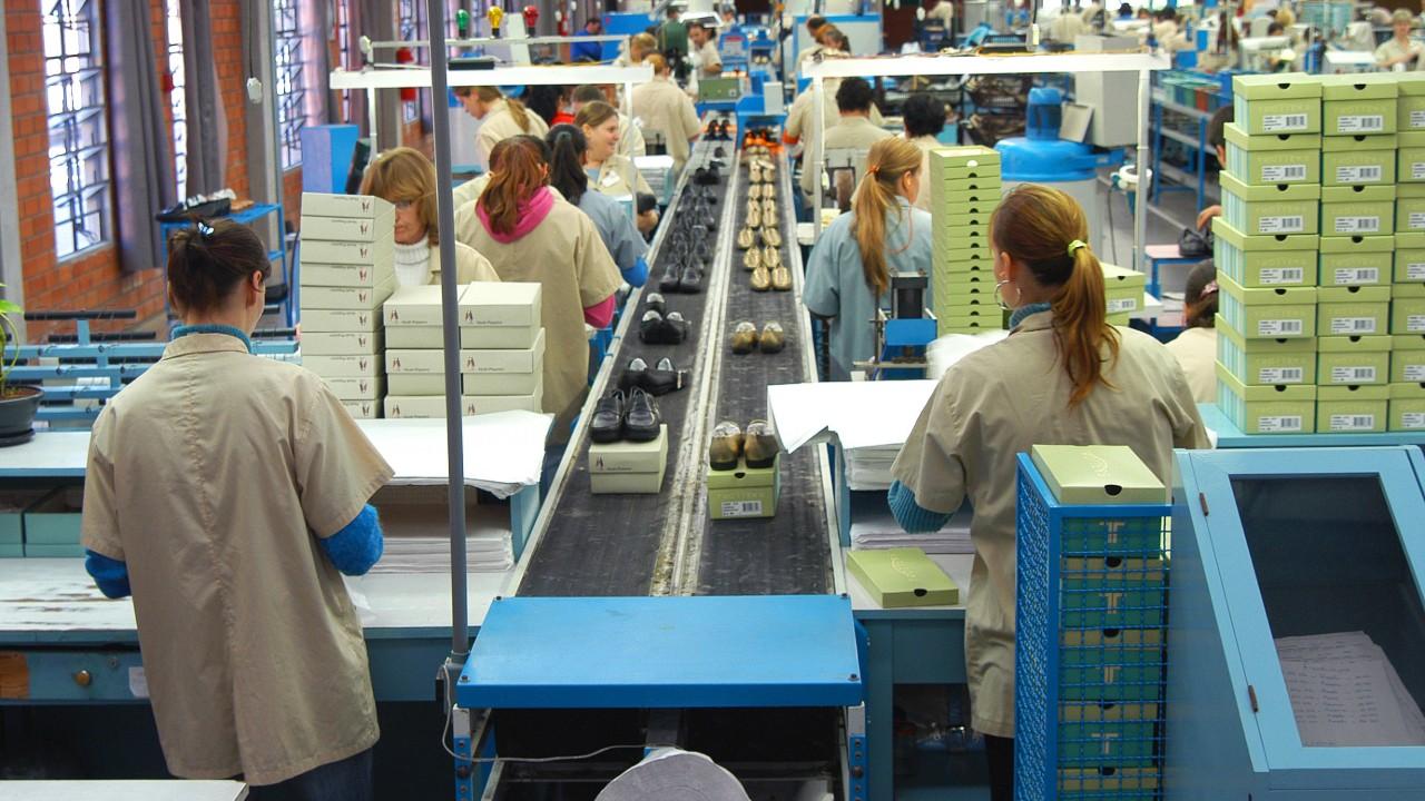 Demanda fraca faz indústria acumular estoques e leva  a queda na produção e no emprego