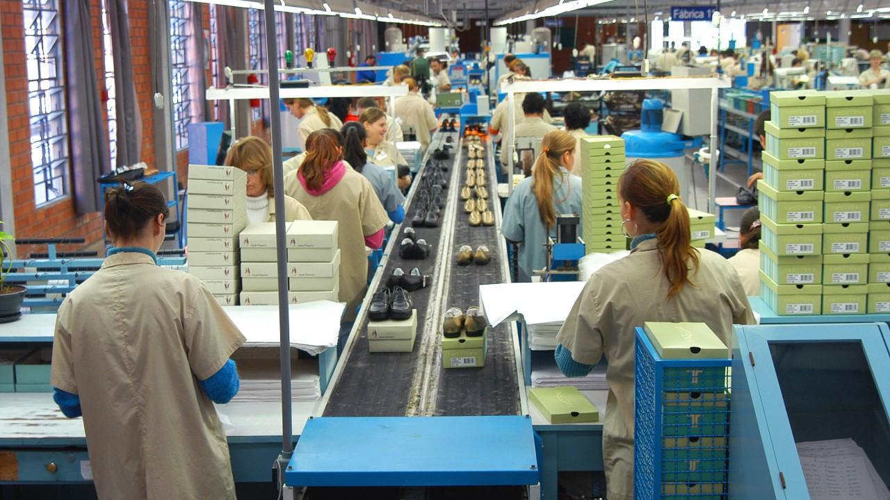 Produção aumenta e ociosidade na indústria diminui, informa CNI