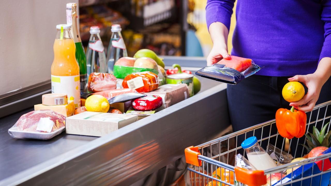 Confiança do consumidor para de cair, diz pesquisa da CNI
