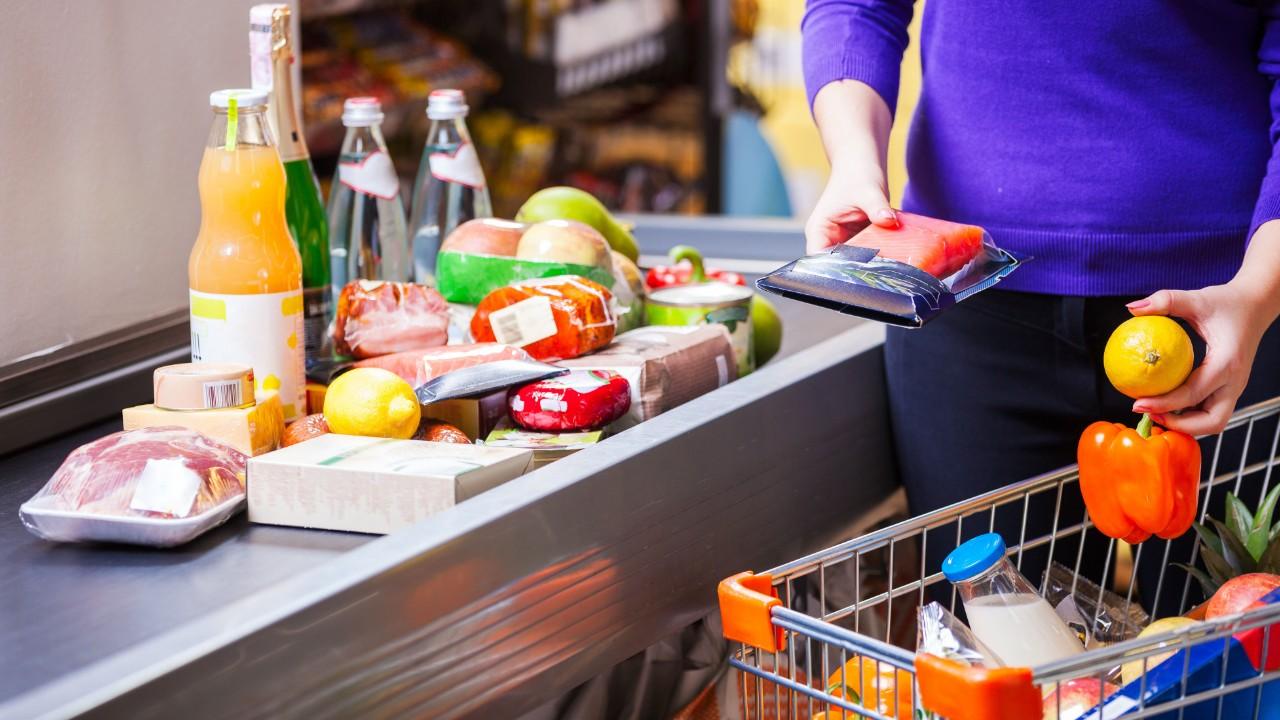 Confiança do consumidor cai 1,4 ponto em  relação ao fim do ano passado, mostra CNI