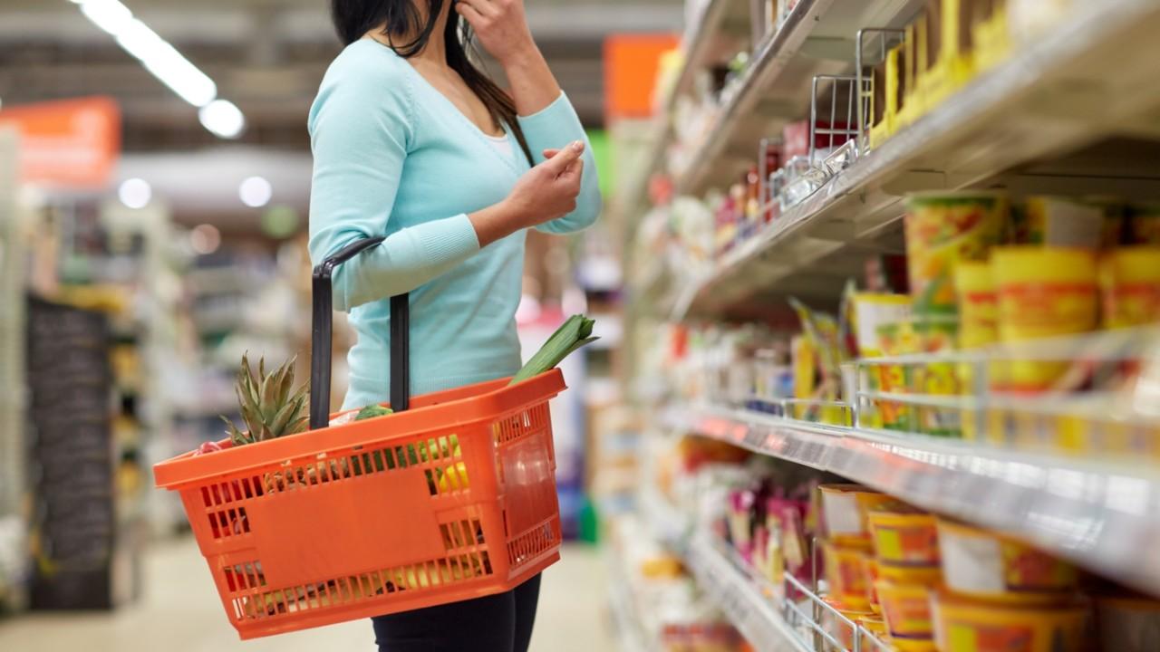 Confiança do consumidor aumenta e é a maior desde 2014, diz CNI