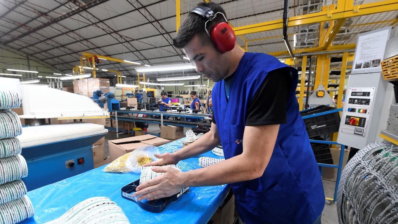Indústria aquecida pelo terceiro mês consecutivo volta a contratar, mostra CNI